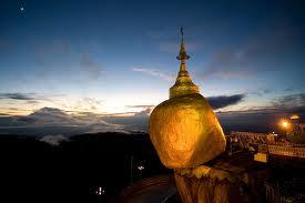 Viklan se stojí na samém kraji skály, Myanma
