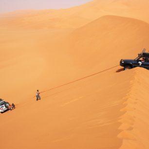 Na Saharu se lze vydat jen se spolehlivými kamarády a dokonale připravenými vozy