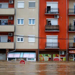 Lidé ve svých bytech v Obrenovaci čekají na evakuaci. (Foto: Reuters/Marko Djurica, courtesy Trust.org - AlertNet)
