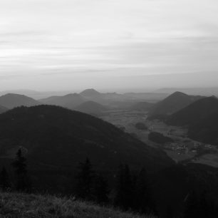Nekonečné výhledy na Dachstein, Gosaukamm, Tennengebirge, Salzkammergut Berge, Totes Gebirge a četná jezera Solné komory. Rakousko