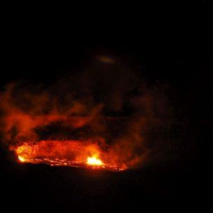 Lávové jezírko v kráteru sopky, Volcano National Park, Big Island, Hawaii