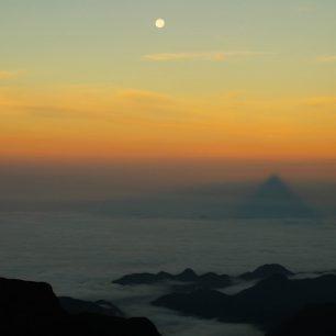 Nejzábavnější na výstupu je, že probíhá vnoci, abyste byli na vrcholu před svítáním