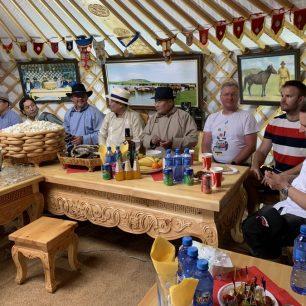 V každé jurtě na nás čekalo tradiční občerstvení